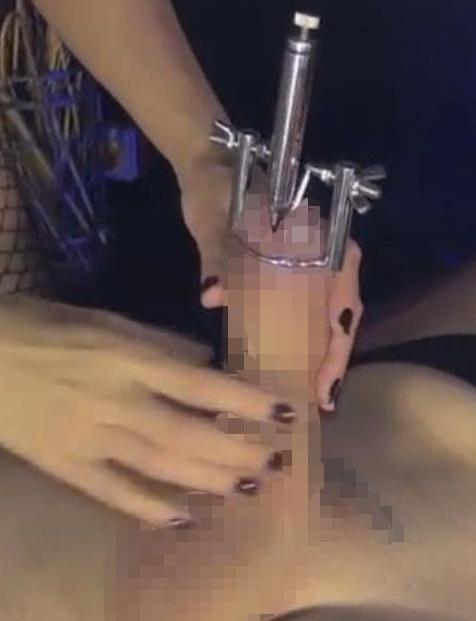尿道バイブのペニス挿入画像