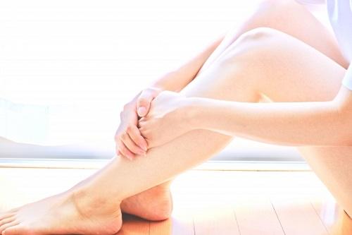 膣のゆるみを確認する女性